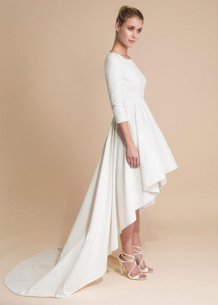 Robe de mariée courte avec traine.