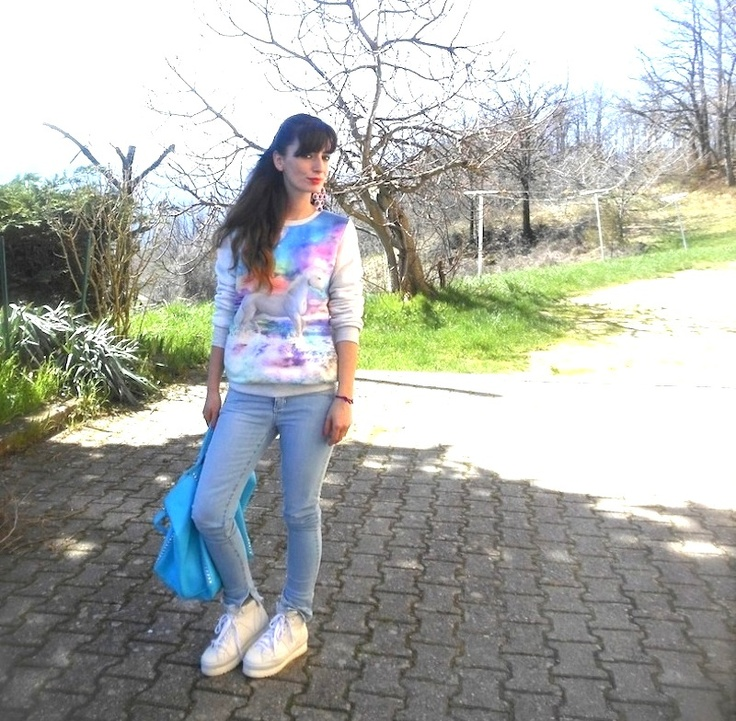 Idea outfit pastello, skinny jeans, felpa galaxy unicorn e una borsa azzurra, becatò, soyafish,danive', amanda marzolini,fashion blogger made in italy,  the fashionamy blog, blog di felpe e jeans, stampe galaxy unicorni, outfit viola e azzurro