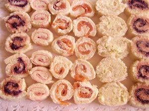 CanapésIngredientes:1 pan de molde grande sin corteza 1 tarrina de queso de untarMargarina1 de patéMermelada de arándanosSalmón ahumadoLonchas de queso (sabanitas)Lonchas de jamón yorkQueso azul + mantequillaYo he elegido estos sabores pero podéis ponerle imaginación y probar con otros.Elaboración:Disponer una rebanada de pan de molde, y con ayuda de un rodillo aplastarlo un poquito.Poner por enci ...