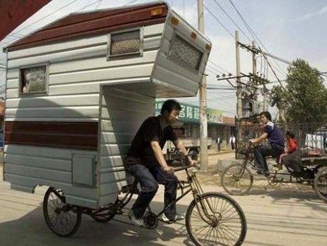 Un nouveau véhicule insolite, on dirait presque un escargot géant.  En effet, ce cycliste transporte avec lui sa maison :  mini caravane velo  Une mini caravane est fixée sur le « porte bagage » du vélo.