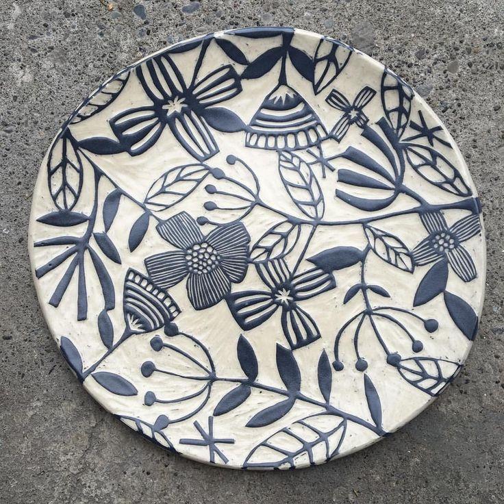 160 個讚,14 則留言 - Instagram 上的 Nicole Pepper(@modhome.ceramics):「 #scraffitto #clay#ceramics#pottery#handmade#platter still warm... 」