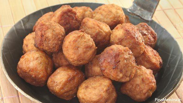 Molti piatti della cucina svedesi hanno come ingrediente base la carne.  Per preparare le polpette svedesi che hanno ottenuto così tanto successo nei punti vendita Ikea, basta utilizzare materie prime di qualità e le spezie giuste.