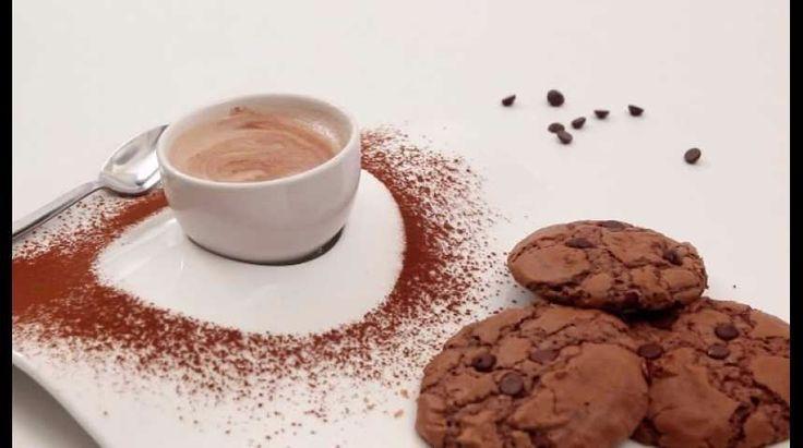 Originaire des États-Unis, le cookie est un petit biscuit sec et rond que tout le monde apprécie. La véritable version américaine est un peu moelleuse, sa pâte est nature et agrémentée de pépites de chocolat. Mais tous nos gourmands et adeptes de ces succulents biscuits savent qu'il en existe une multitude de recettes et de parfums : cookies aux 3 chocolats, aux amandes, à la noix de coco, aux noisettes… Alors quel est votre cookie préféré ? Avant de vous prononcer, goûtez donc la recette…