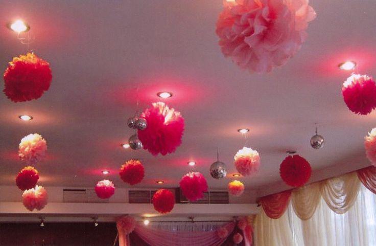 Декор зала для свадьбы в персиковых и бордовых тонах: помпоны и гирлянды. Может быть выполнено в любом цвете. #свадьбы #праздники #оформление #зал #прокат #помпоны #гирлянды #персиковый #бордовый #soprunstudio
