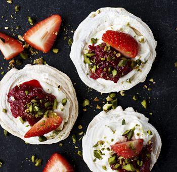 Fuglereder med vaniljefløde rabarberkompot og jordbær Sprød marengs, blød creme og syrlig-søde rabarber – her får du en populær dessert, som aldrig går af mode!