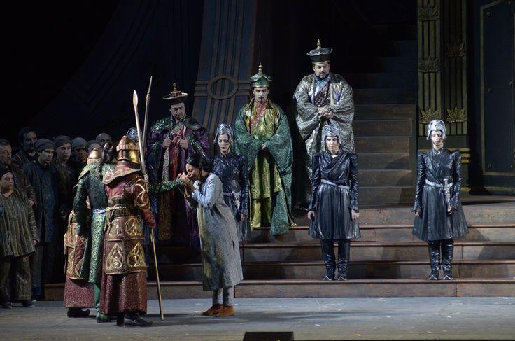 Liù (Kristin Lewis) bacia la mano del Principe Calaf (Marcello Giordani).