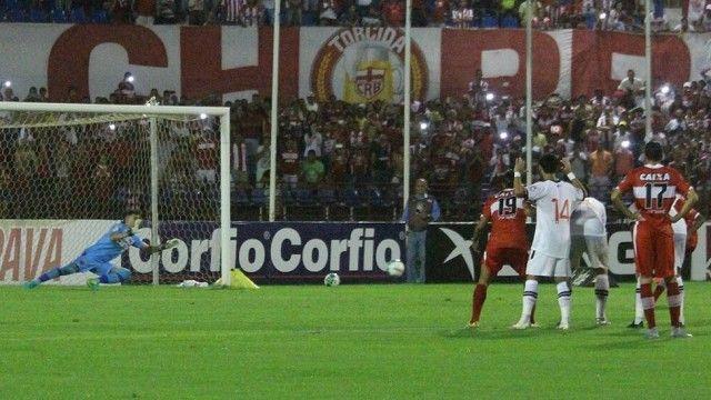 Martín Silva agarra o pênalti de Diego
