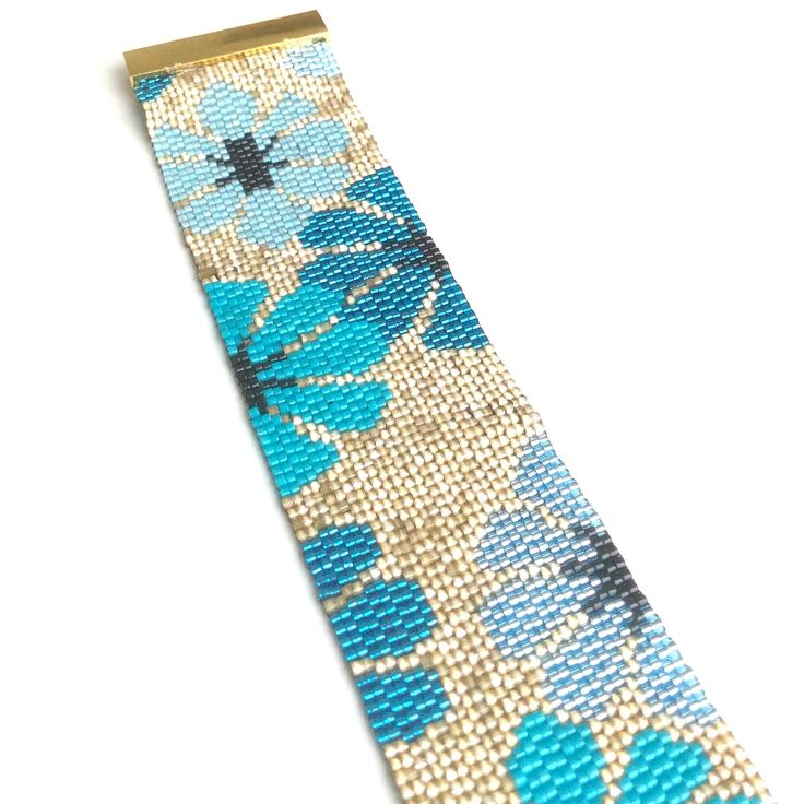 """Bracelet manchette """"SEVENTIES"""" dorée à grosses fleurs bleues : Bracelet par ketiko"""