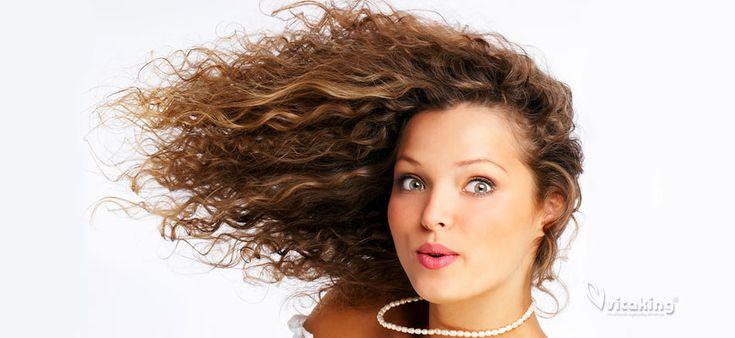 Számos tápanyag ismert úgy, mint ami megakadályozza a hajhullást és segíti a haj növekedését. A hajhullás oka lehet vitaminok hiánya, de okozhatja gyógyszerek mellékhatása, stressz, fertőzések és az öregedés is. A normál étrendünk kiegészítése vitaminokkal
