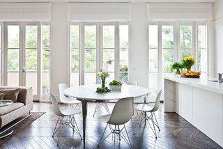 Arbeitsplatte aus Marmor; Marmoresszimmertisch mit weißen Stühlen   – Riverwalk Arts & Crafts Home