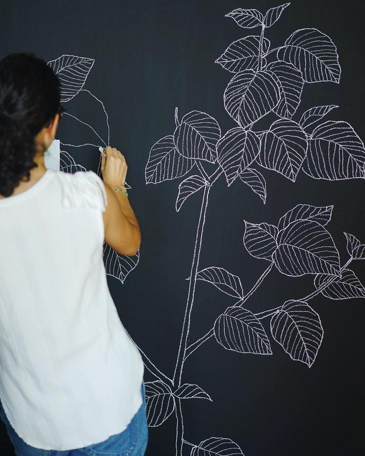 先月末の大仕事。 @primotag さんのオフィスの壁にたくさんお絵描きさせていただきました! こちらはエントランス付近の空きスペースに描いた植物で、メインの巨大黒板作品のご紹介はまた後日ー。 ... PRIMOさんは「新しいショッピングのカタチ」を提案するアプリをリリースされています。 これから使える場面がどんどん増えるはずなので、要チェック☞https://primo.im  #チョークアート#黒板#イラスト#観葉植物#グリーン#ウンベラータ 風#chalkart#chalkboard#handwritten