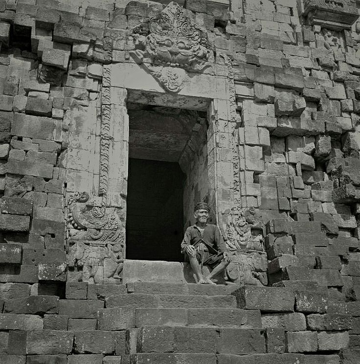Inlandse man gezeten bij de Prambanan tempel bij Djogjakarta (Jogjakarta). 1945