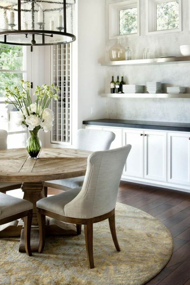 tapis salle à manger table à manger de forme ronde en bois et chaises