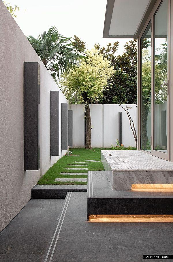 estetica japonesa:lineas puras,jardines privados,union del exterior y el interior mediantes las ventanas.