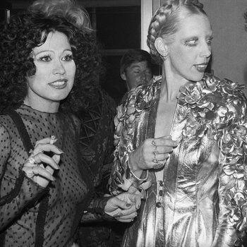 Modeontwerpster Fong Leng met Mathilde Willink in de foyer van theater Carré, Amsterdam 1974
