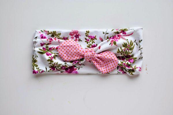 Headband com laço pode ter o estilo, as cores e as estampas de sua preferência (Foto: simpleasthatblog.com)