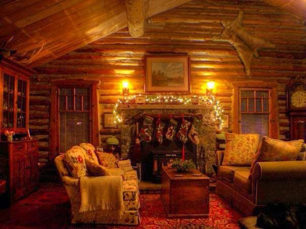 Love this cozy cabin decorated for Christmas!