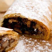 Υπέροχο+γλυκάκι+με+τραγή+υφή+από+το+φύλο+κρούστας+και+σοκολατένια+μυρωδάτη+γέμιση+από+τα+αχλάδι+και+τα+μπισκότα+amaretti