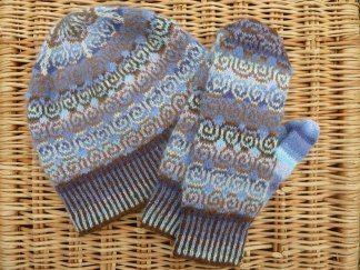Mössa & tumvantar med spiralmönster blålila - Stickpaket