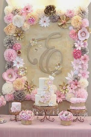 Decoración con flores de papel en el fondo.