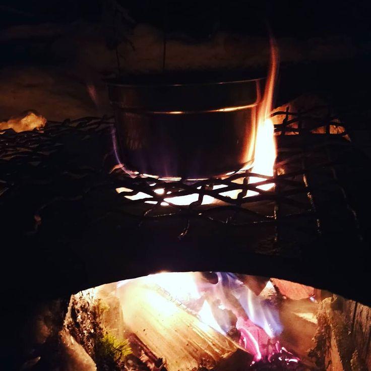 Nyt testataan kynttilän valamista nuotiopaikalla. Making candels on fire. #nuotio #fireplace #waitingforchristmas #korpelantorppa #outdoorsfinland