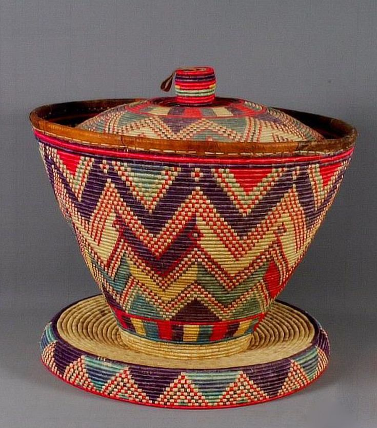 Africa | Food storage and serving table basket from Ethiopia | Plant fiber and pigments | ca. 1970s
