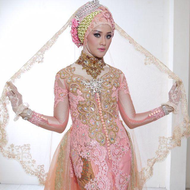 File master @ilalangportraiture no edit no crop Rias @shipus  Model @devi_lukita  Kebaya @hendhysetiawan . . . ***kebaya bisa disewa*** Utk info PL lgsg Text/WA 085706665322 bbm 5AD09682 (mbak Eky)  #kebaya #kebayapengantin #photo #photographer #kebayaresepsi #hendhysetiawan #wedding #pengantin #bride #designer #fashion #hijab #prewedding #resepsi #pernikahan #perkawinan #gown #sewakebaya @kebayainspiration