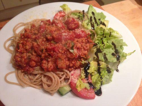 Middagstips: Spagetti med tomatsaus laget på slte cerrytomater og basilikum. (Rusa på livet!!!)