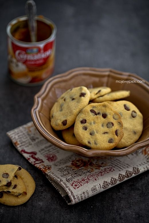 Cookies with dulce de leche and chocolate