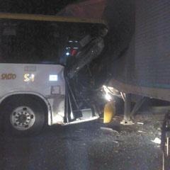 Al menos seis lesionados dejó el choque entre una unidad de transporte público y un tráiler, en hechos ocurridos en la carretera Guadalajara-Chapala. Los heridos fueron llevados a la Cruz Verde Tlaquepaque y a la Cruz Roja. Foto del reportero ciudadano Juan Carlos.