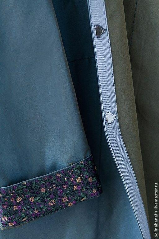 Ровные строчки и красивая обработка вискозным подкладом в цветочек. Плащ фиксируется на магнитные кнопки.