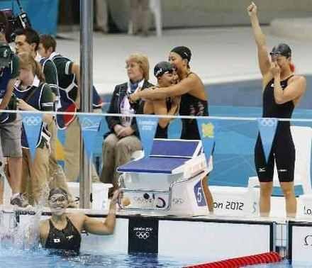 女子400メートルメドレーリレー決勝 3分55秒73の日本新で3位になった日本の上田(左下)と(右から)寺川、鈴木、加藤ゆか=水泳センター(共同)