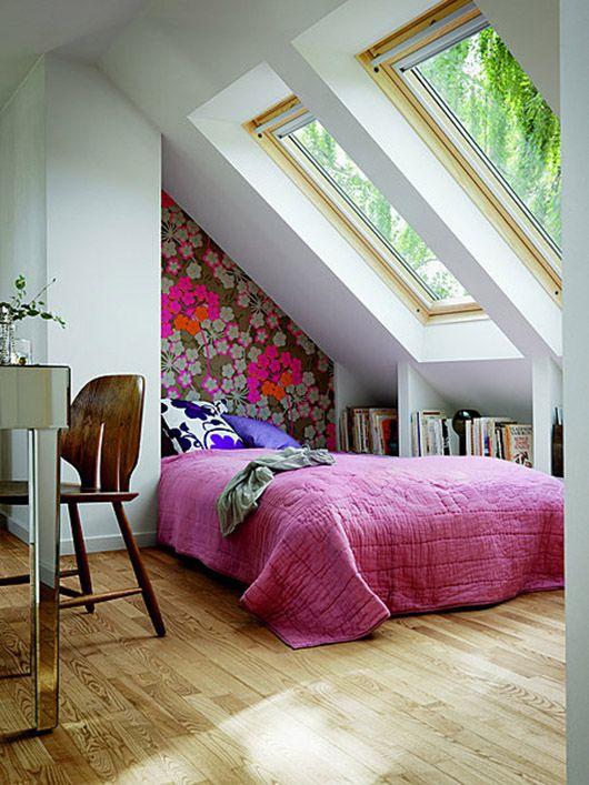 Quarto diferente, uso do papel de parede, cores vibrantes contrastam com paredes brancas e esquadria leve