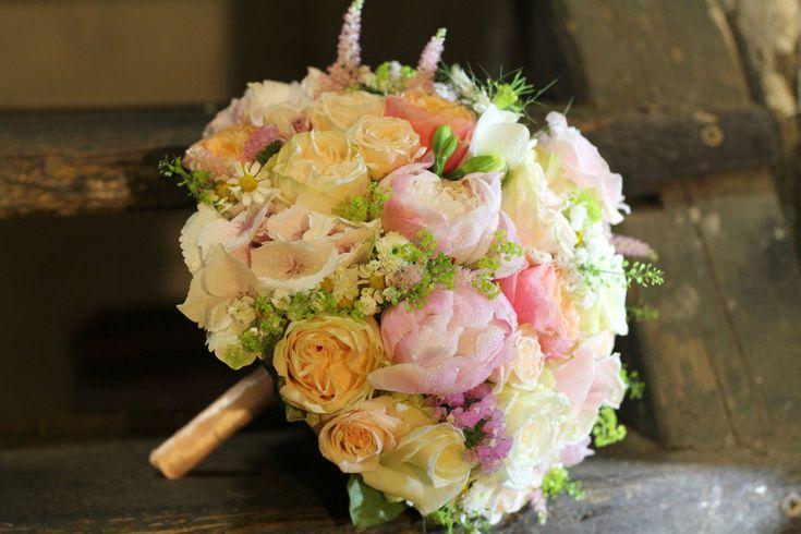Ružová púdrová svadobná kytica z pivoniek, ruží, astilbe a miniruží