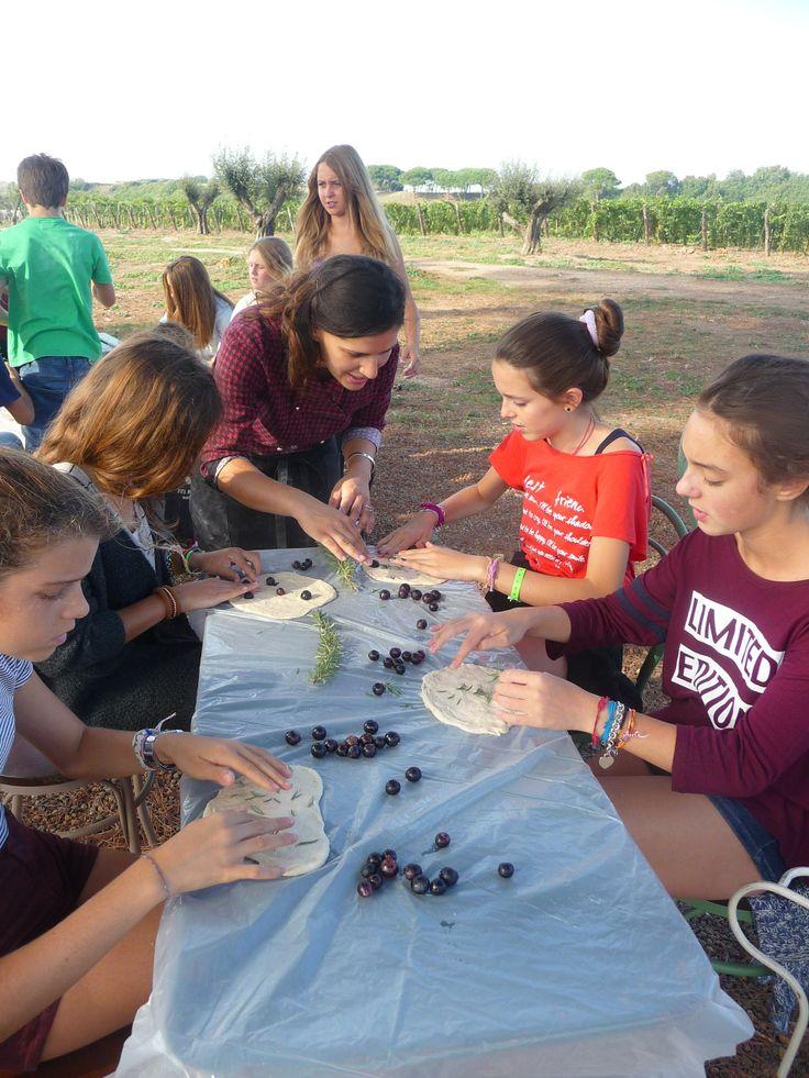 la cuoca insegna ai ragazzi come mettere l'uva nella schiacciata - con tanta delicatezza e amore!