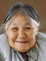 Histoire Canada - Grandes femmes du Canada Kenojuak Ashevak (1927–2013)  Grande artiste inuite. Née dans un igloo sur la côte sud de l'île de Baffin, Kenojuak Ashevak débute sa carrière d'artiste en 1958, lorsqu'un administrateur du gouvernement découvre son talent. Elle devient rapidement un modèle pour de nombreuses autres femmes inuites, qui se feront également connaître.