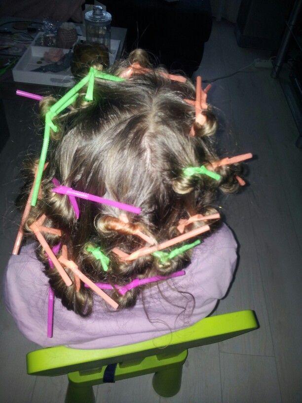Dochter rietjes in het haar voor krullen