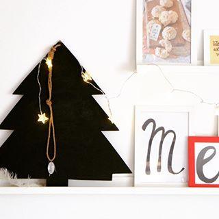 Auf unserer Bilderleiste: Ein Tafel-Baum, eine Lichterkette, ein paar Zeitungsbilder und einige Lettering-Bilder. Es wird weihnachtlich im Hause Hoppenstedt.... so gaaanz langsam❣️ #weihnachtsdeko #lettering #weihnachtsbaum #tafelbaum #merry #dekokram #inunseremwohnzimmer