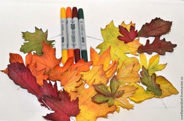 Первая часть>> Итак, продолжаем. Хвостик проволоки загибаем петелькой, она нам поможет сымитировать утолщение на кончике черешка. Перманентными маркерами (можно сделать это просто акрилом) маскируем белую бумажную оплетку, которая очень ярко выделяется на фоне цветного листа.Удобно использовать маркеры с кистью, а не обычные со стержнем.