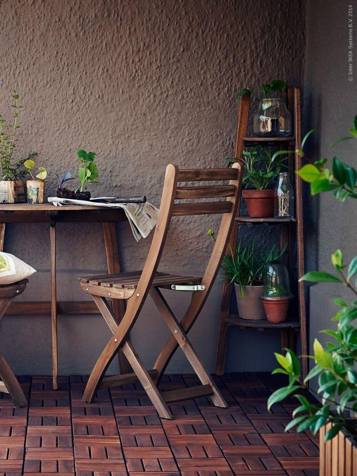 Mycket plats på få kvadrat med ASKHOLMEN fällbart bord och hörnpiedestal. På golvet RUNNEN trall.