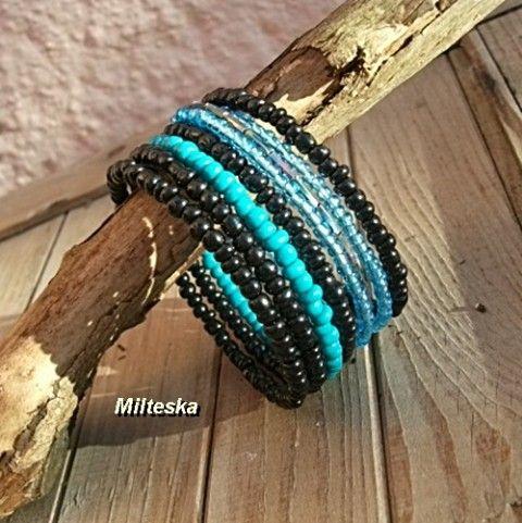 modročerný náramek s tyrkysem náramek modrý korálky perličky rokajl černý tyrkysový modní doplněk