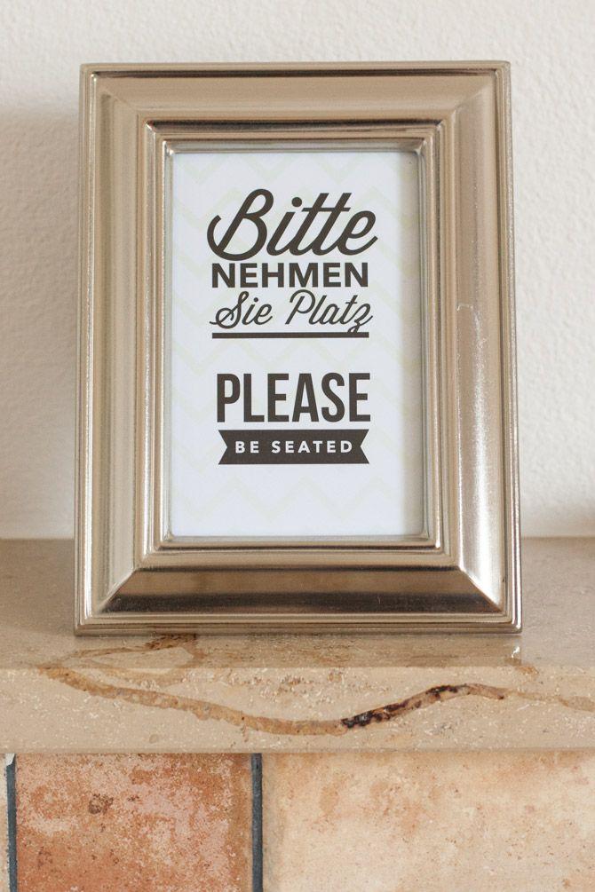 Toiletten Hinweis Schild: Bitte nehmen Sie Platz – Please be seated
