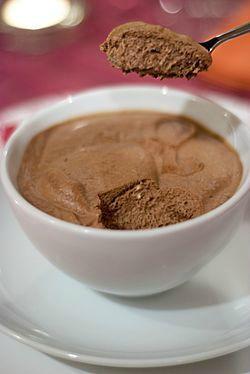 Il y a mousse au chocolat et MOUSSE AU CHOCOLAT !!!!! Moi je ne suis pas fan de la mousse qui ne se détache pas de la cuillère, elle se doit...