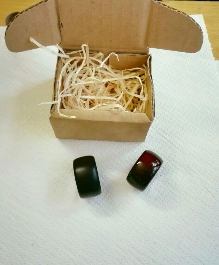 Anelli in legno di noce personalizzati, mordenzati ebano e mogano medio, con finitura a gommalacca lucida e opaca.