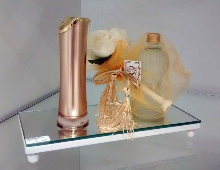 Bandeja espelhada em mdf com pintura laqueada resistente e excelente acabamento. <br>Cores diversas - consulte o vendedor.