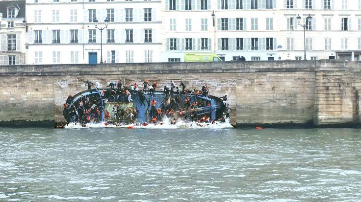 Pierre Delavie - Une œuvre montre un naufrage de réfugiés au bord de la Seine à Paris