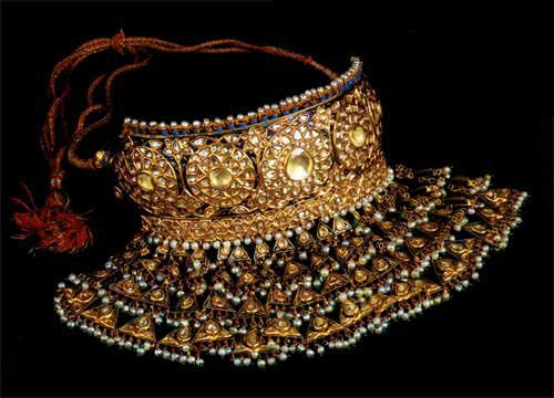 The Rajasthani 'Aad' - a necklace that originated during the Mughal era, the emperors loved spectacular pieces such as this rigid collar-necklaces which is designed to cascade down the neck. @kishandasjewellery by @sabyasachiofficial is one rare collaboration which is bringing back traditional ancient jewellery.
