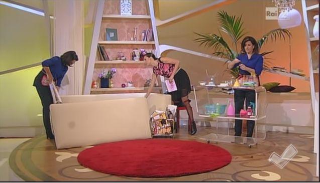 Nella puntata di oggi a Detto fatto, vi spieghiamo tanti trucchi per pulire il salotto in modo facile e veloce: dalla macchia sul divano, alla pulizia di tv e telecomandi finendo con i lampadari....