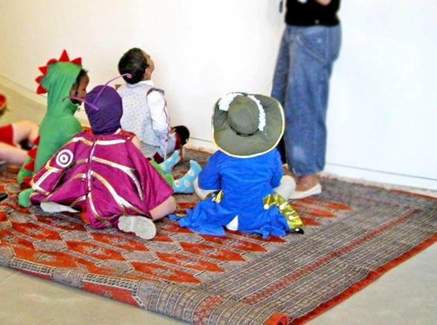 Det magiske fortælletæppe  Vil du med på en magisk rejse? Tag plads på det persiske Fortælletæppe og flyv med os en tur rundt på ARoS. Du er med til at bestemme, hvor fantasien skal føre os hen.  Hver søndag i lige uger kl. 14.30 samler vi os på tæppet og sammen med en kunstguide tager vi af sted til spændende steder i kunstværkerne foran os. Turen varer cirka 45 minutter.