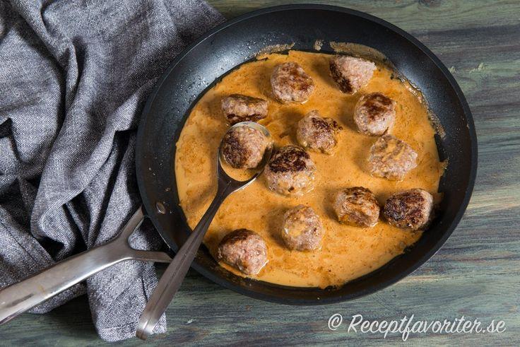 Ett tips är att göra en enkel brunsås och hälla över köttbullarna och låta koka ihop för en god smak.